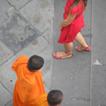 monks-and-red-girl02-th